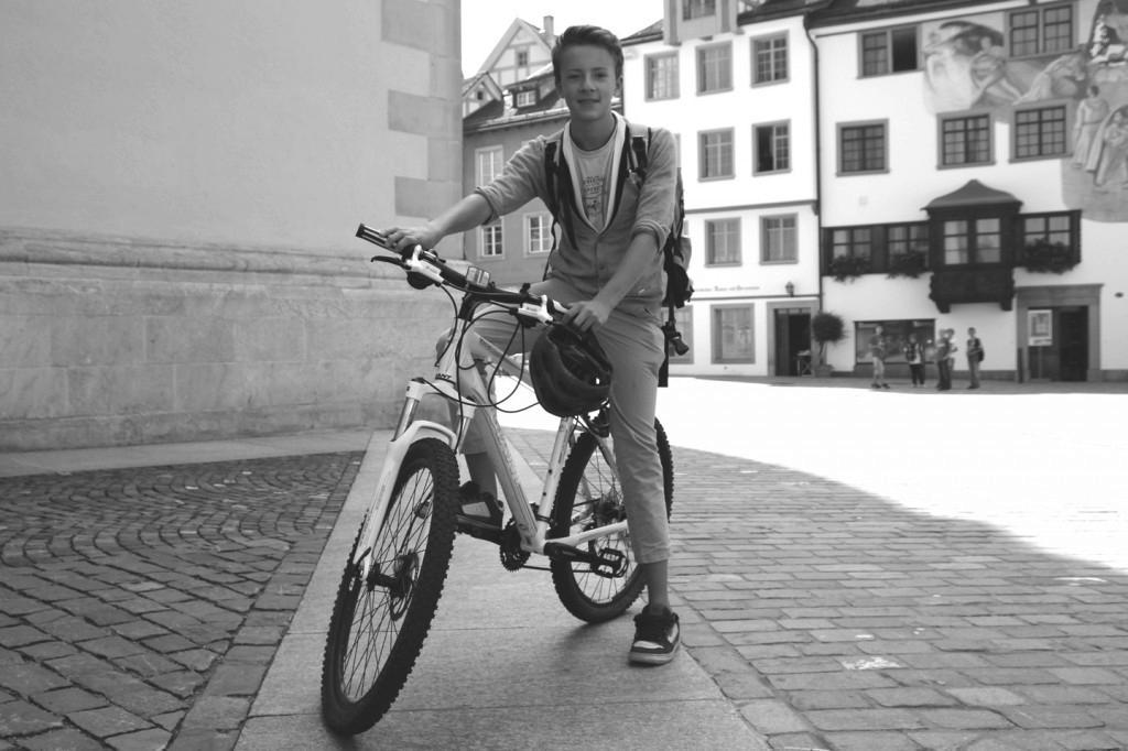 """Gabriel Biehler: """"Mit meinem Velo fahre ich jeden Tag in die Schule und ab und zu gibt es einen Abstecher in den Wald."""""""
