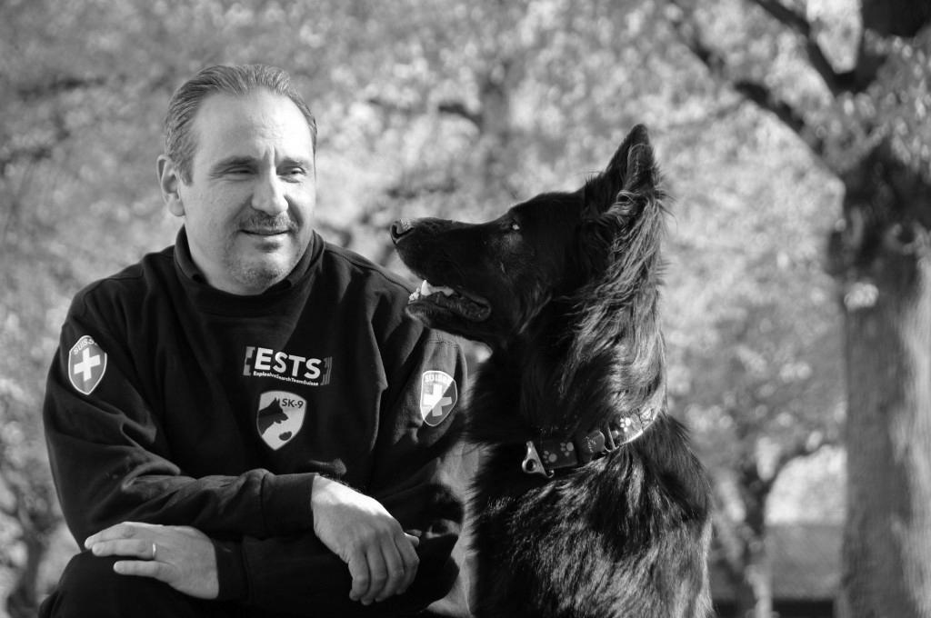 Sprengstoffspürhund mit Hundeführer