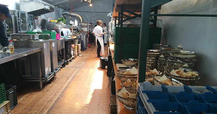 Ruhe vor dem Dinner: letzte Vorbereitungen in der Küchengasse des Longines-Zelts