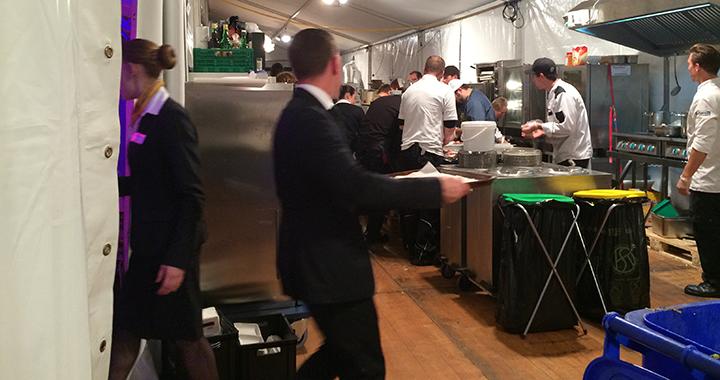 An der Schleuse zwischen Küche und VIP-Zelt: «Wo bleiben die Bison-Happen?»