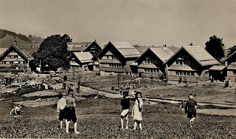 Dorf-im-Bau-1947-mit-Kindern-vorne