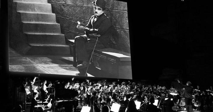 Chaplin-mit-Orch3-1024x681
