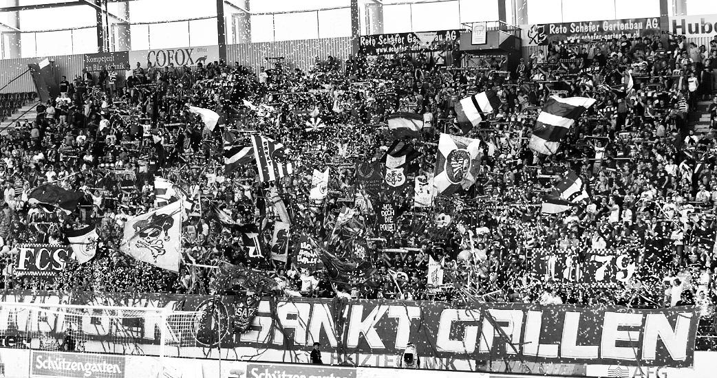 Die St.Galler Heimkurve «Espenblock» besingt ihre Liebe zum FCSG. (Bild: zvg)