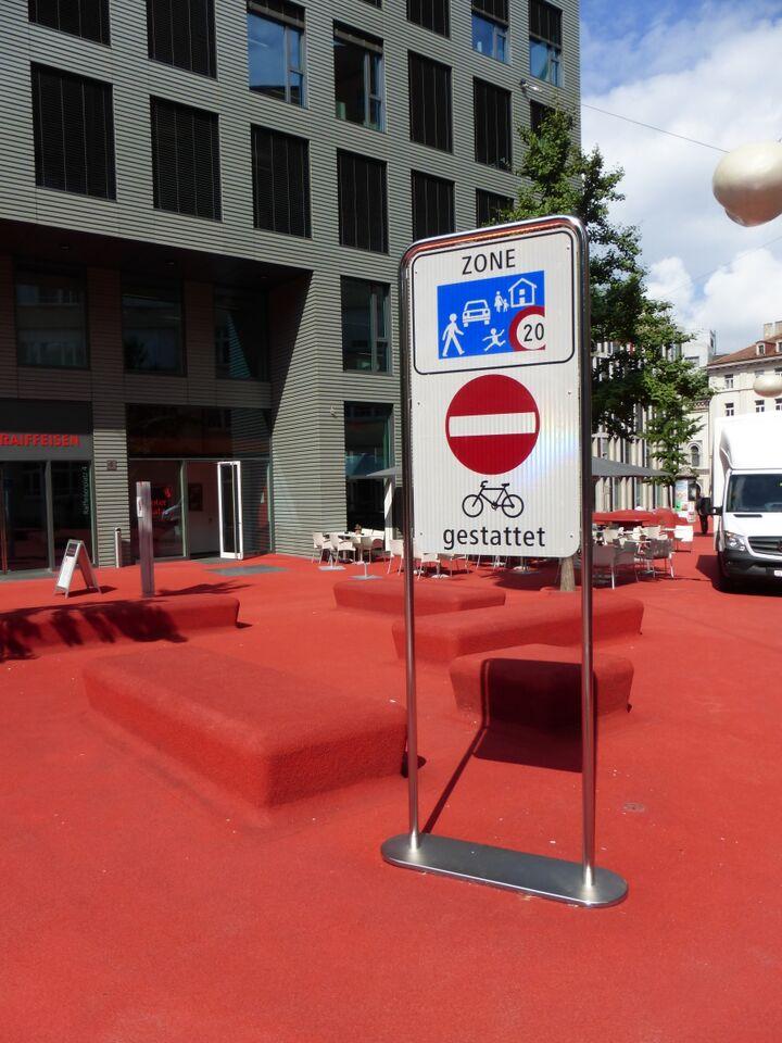 Begegnungszone nicht bespielt und mit Farbe beschmiert. Ort: Roter Platz.