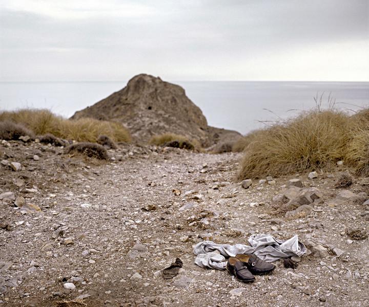 Zurückgelassene Kleider an der Küste, Cabo de Gata, Spanien 2008. (Bild: Christophe Chammartin)