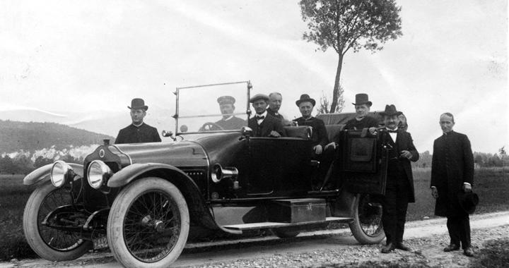 Ausflug mit dem Firmenauto: Jacob Rohner und Albert Geser-Rohner mit Vikar Kuster und weiteren Gästen, um 1908. (Alle Bilder stammen vom beschriebenen Buch)