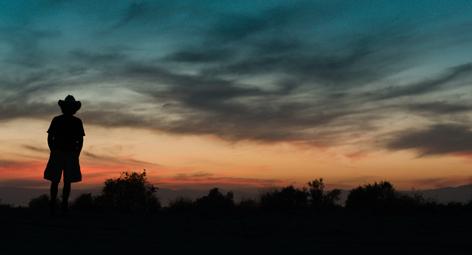 Dave betrachtet einen Sonnenuntergang in der Wüste. (Bild: Cineworx)