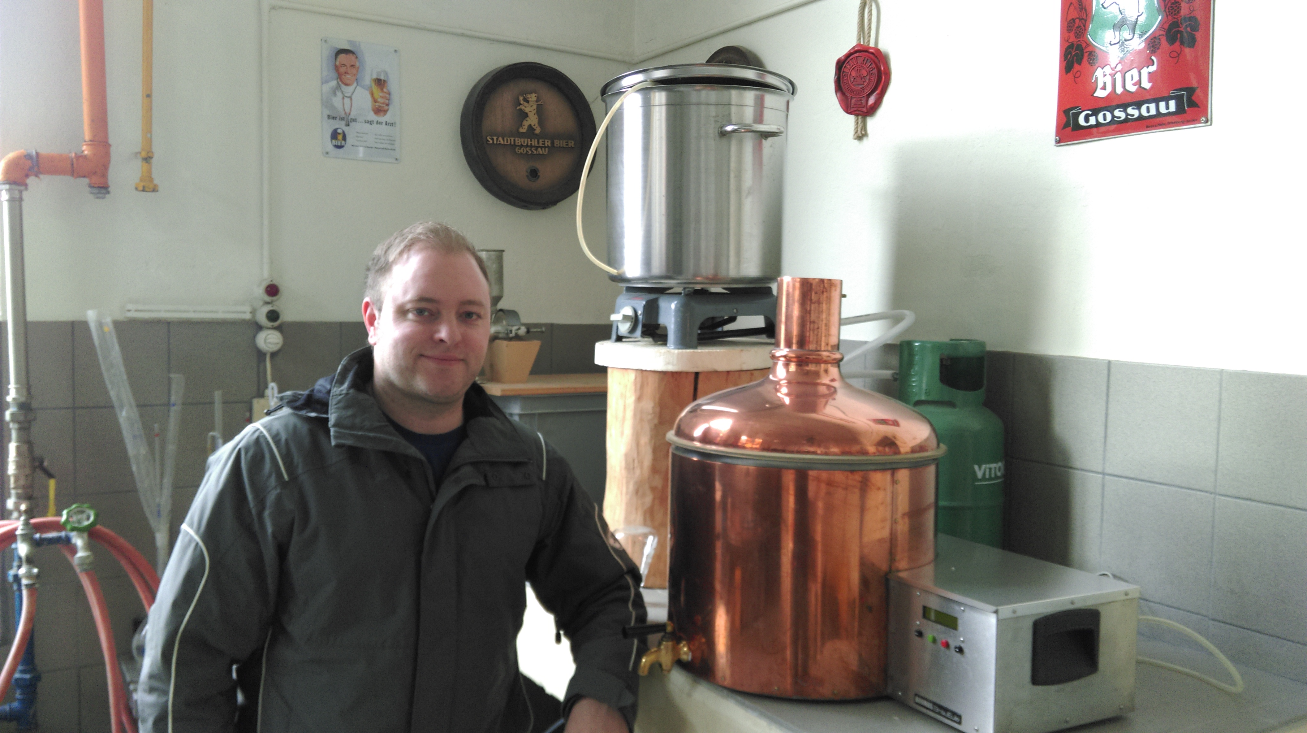 Adrian Krucker vor der Testbrauanlage. Hier werden neue Bier entwickelt. (Bild: upz)