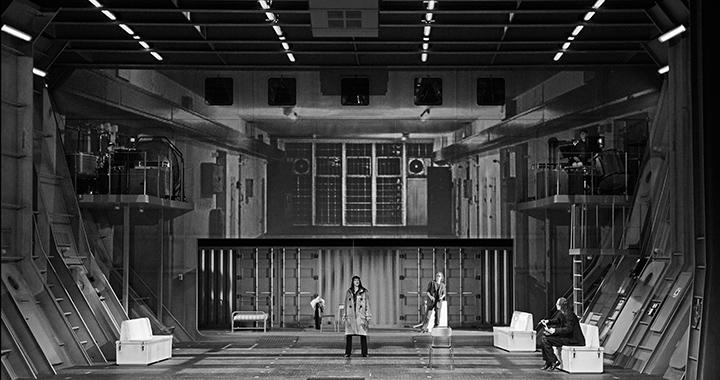 Ophelia als Ulrike im Hochsicherheitstrakt. (Bilder: Opernhaus Zürich/T+T Fotografie)