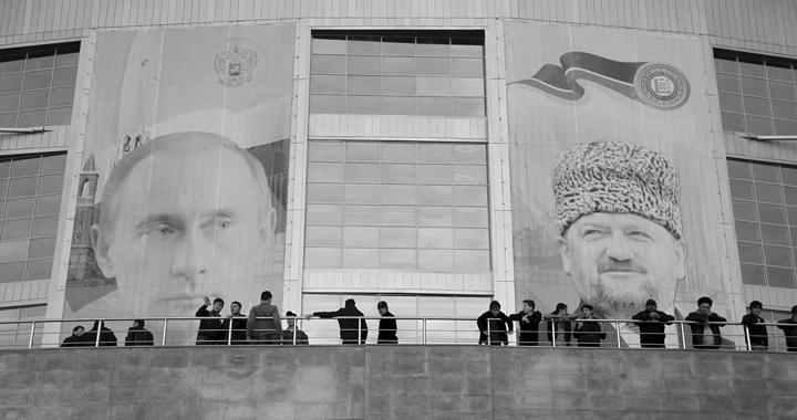 Personenkult: Porträts von Putin (links) und Kadyrow hängen in Grosnys Strassen. (Bild: cineworx)