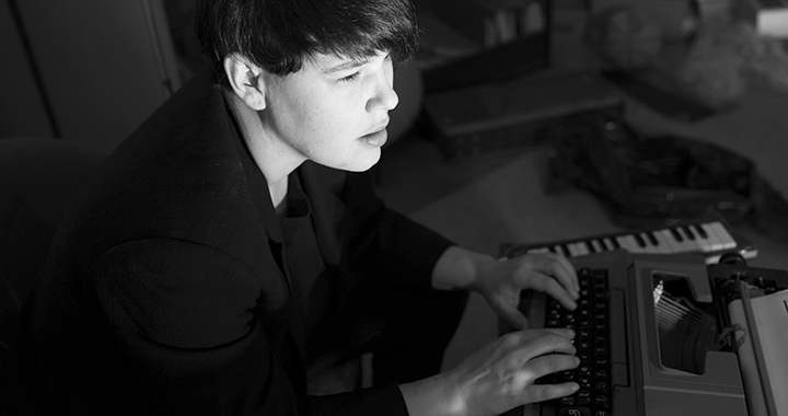 Schreibt noch oldschool: Denise Lier (Bild: Raumsinn, Dani Fels)