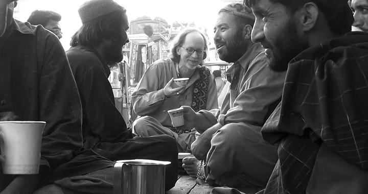 Frembgen beim Teegenuss in Pakistan (Bild: pd)