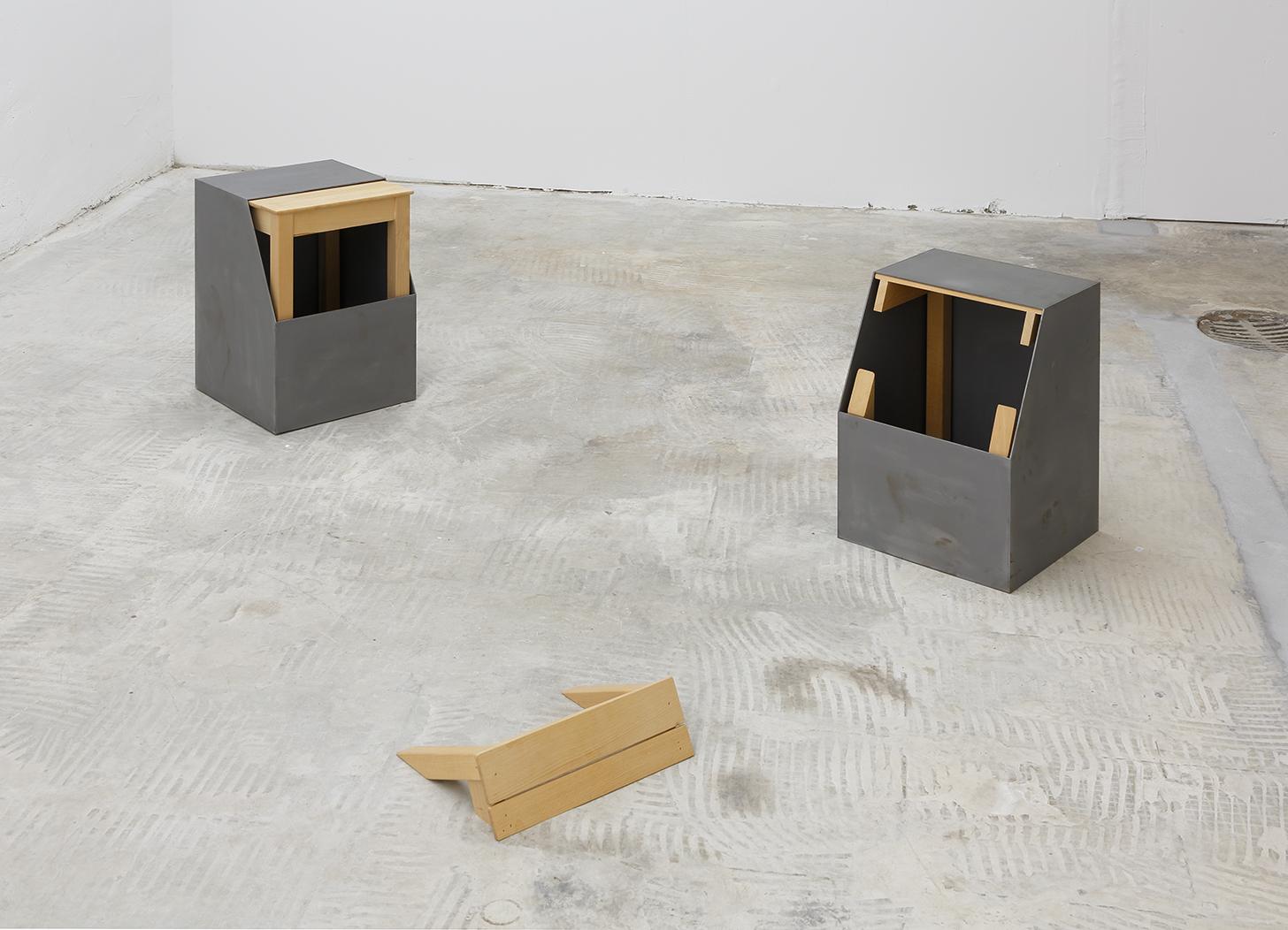 Bodenobjekt dreiteilig, 1992, Eisenblech, Buchenholz