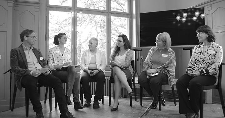 Von links: Kuno Schedler, Tina Freyburg, Sally Gschwend, Moderatorin Vanessa Jansche, Yvette Sánchez und Christa Binswanger (Bilder: Anne Rickelt)
