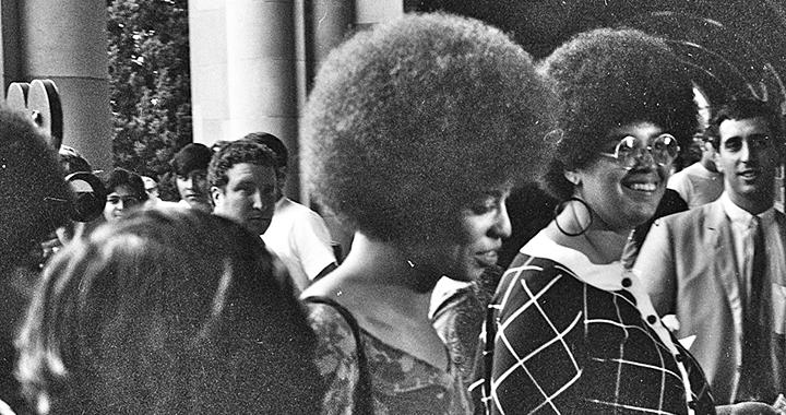 Die Philosophin und Aktivistin Angela Davis betritt die Royce Hall der University of California, Los Angeles im Oktober 1969, um da ihre erste Vorlesung zu halten. (Bild: Wikipedia)