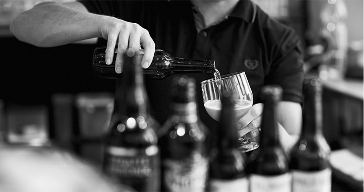 Biertrinken ist eine Kunst für sich. Einschenken auch.  (Bilder: Ladina Bischof)