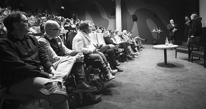Tagungsmoderator Ralph Weibel im Gespräch mit den Filmemachern. Ganz vorne links: Stefan Ribler und Dani Fels vom Tagungs-Organisationsteam. (Bilder: Bodo Rüedi)