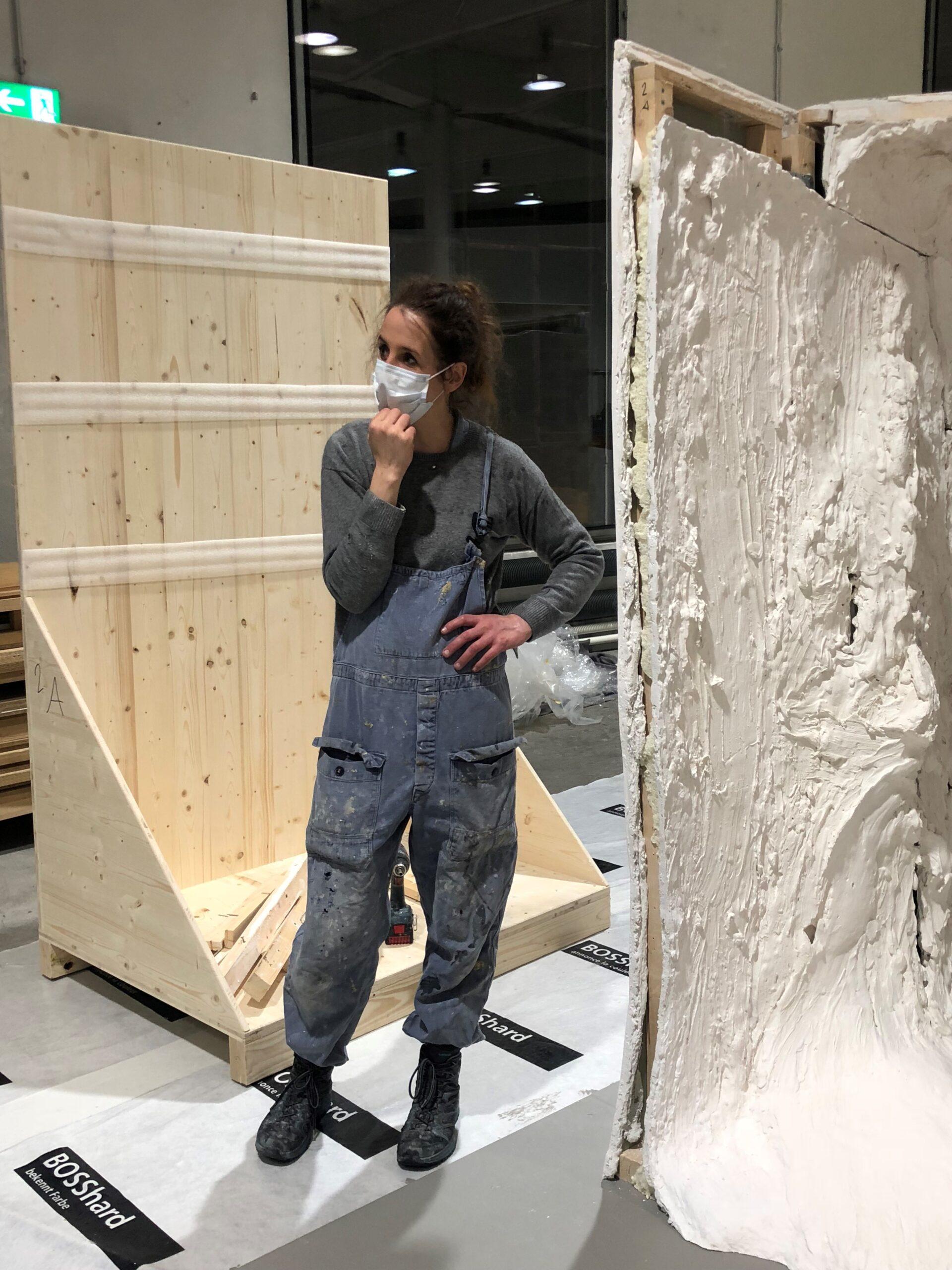 "Sara Masüger beim Aufbau des ""Kreidefelsens"""